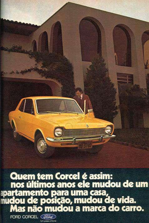 Quem tem Corcel é assim. Nos últimos anos ele mudou de um apartamento para uma casa, mudou de posição, mudou de vida. Mas não mudou a marca do carro. Ford Corcel. Um passo à frente.